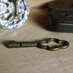 アンティークキー 古い錠前パドロック用の真鍮製鍵四葉クローバー