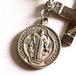 バックミラー用車載ミニロザリオ・十字架クロス&聖ベネディクトのメダイ