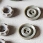 画像5: USAヴィンテージソーイングボタン・グレー プラスティック・ベークライト・灰色16個 (5)