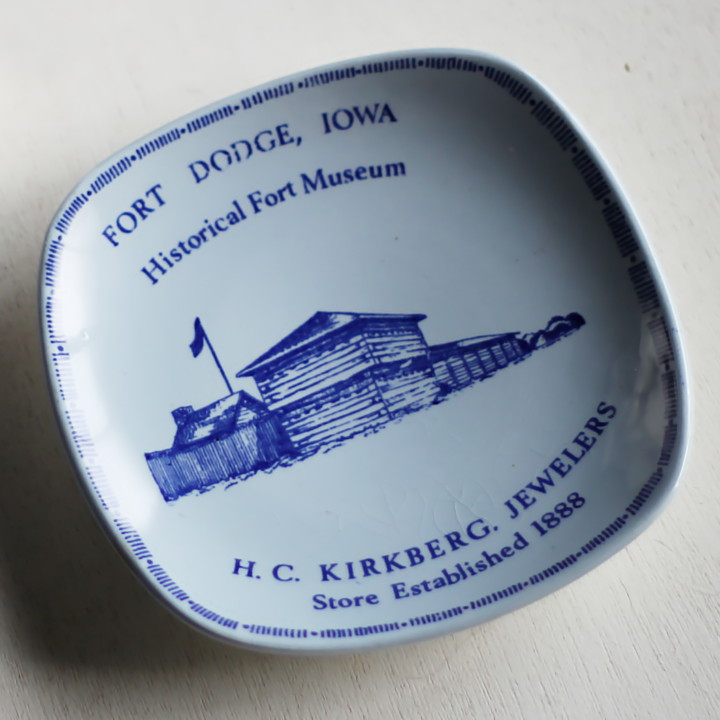 画像1: USAヴィンテージスーベニアプレート皿|お土産IOWA The Fort Museum記念品1969 (1)